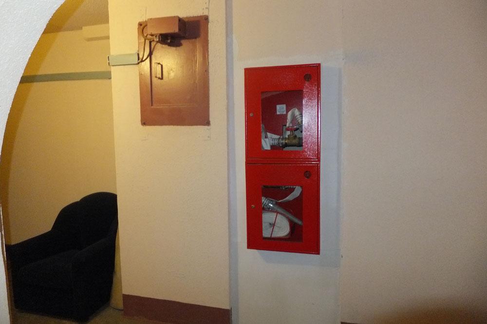 На фото пожарные рукава, удобно расположенные